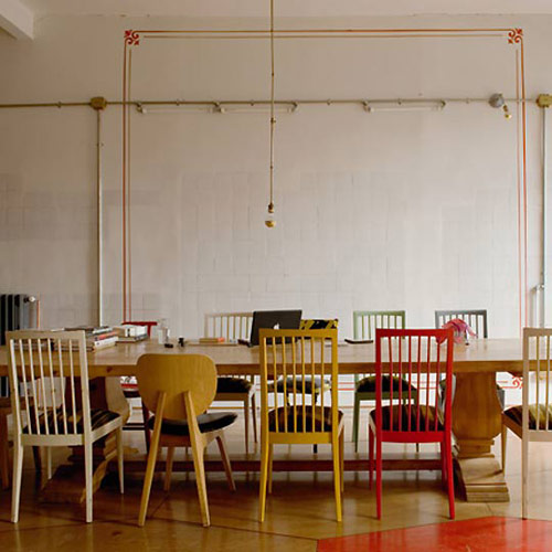 mixing-chairs-at-dining-table